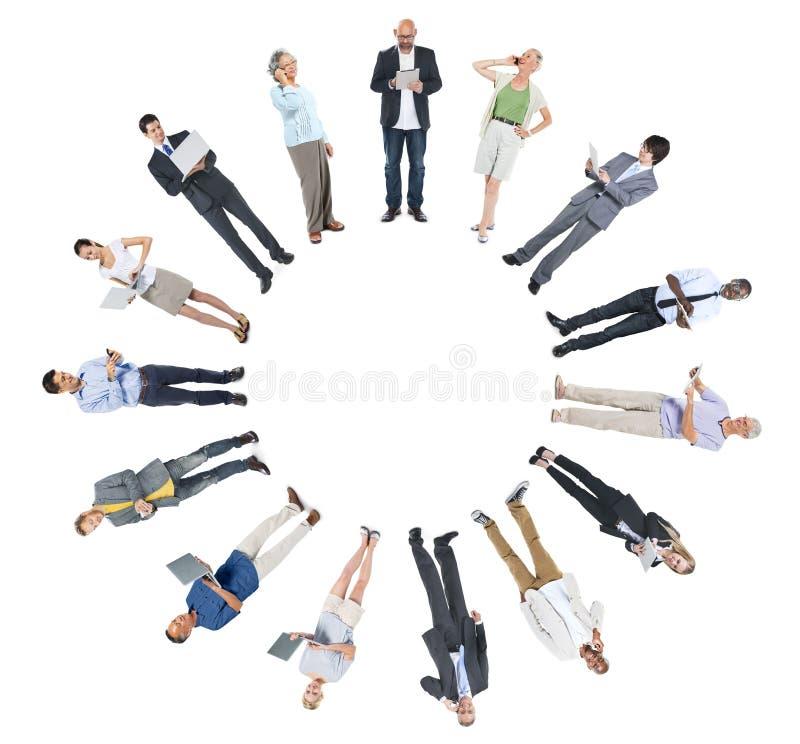 Groupe de personnes multi-ethnique mise en réseau et espace sociaux de copie photo stock