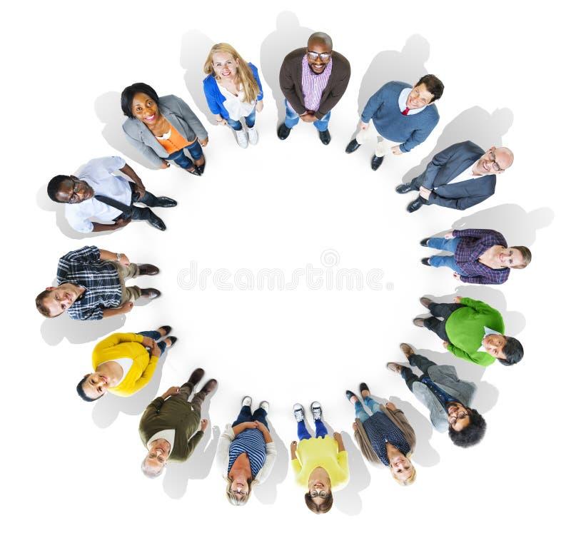 Groupe de personnes multi-ethnique regardant l'appareil-photo illustration stock