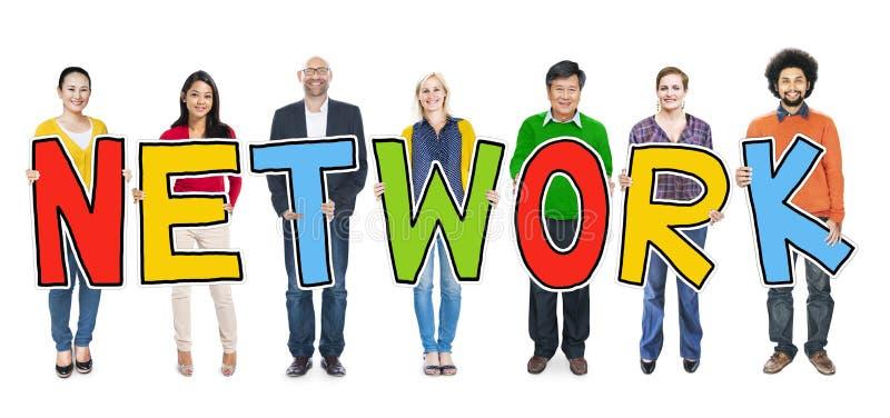 Groupe de personnes multi-ethnique tenant le réseau de lettre images stock