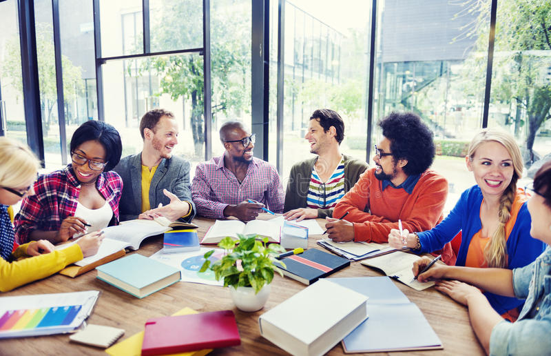 Groupe de personnes multi-ethnique travaillant ensemble images libres de droits