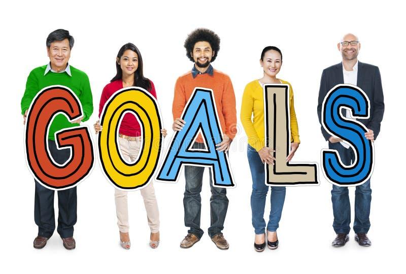 Groupe de personnes multi-ethniques tenant des buts photo stock