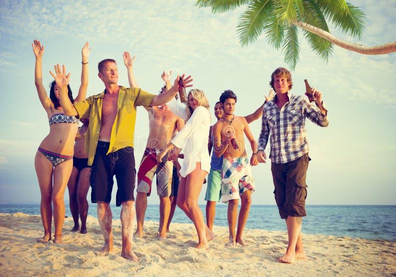 Groupe de personnes occasionnelles faisant la fête sur une plage photos stock