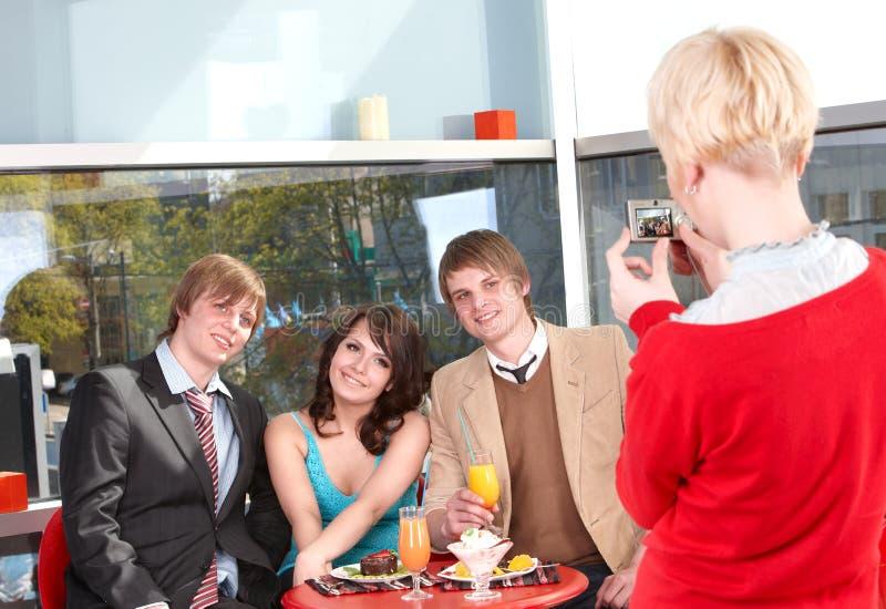Groupe de personnes parlant en café. photos stock