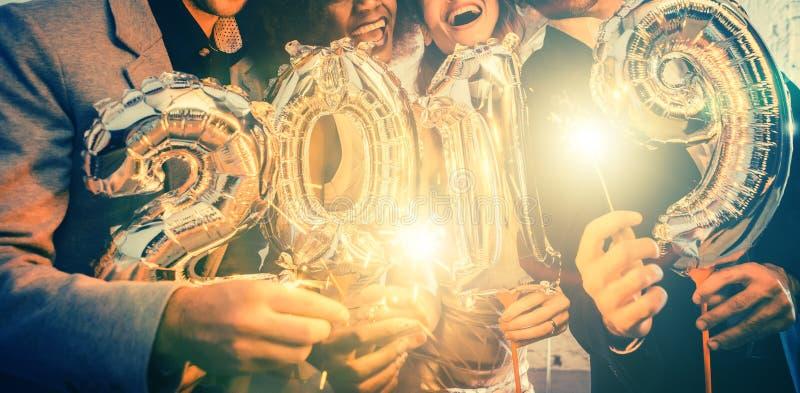 Groupe de personnes de partie célébrant l'arrivée de 2019 photographie stock