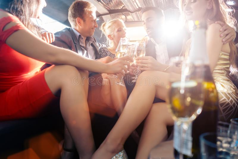 Groupe de personnes de partie dans un boire de limousine image libre de droits