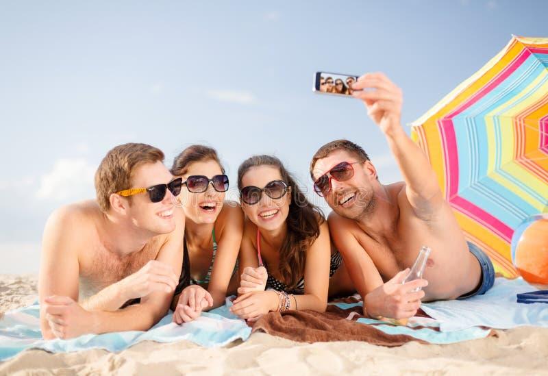 Groupe de personnes prenant la photo avec le smartphone images stock