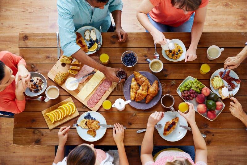 Groupe de personnes prenant le petit déjeuner à la table photo stock