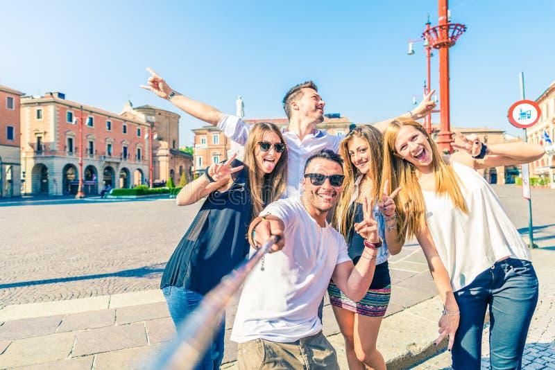 Groupe de personnes prenant le selfie images stock