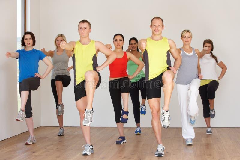Groupe de personnes s'exerçant dans le studio de danse image stock