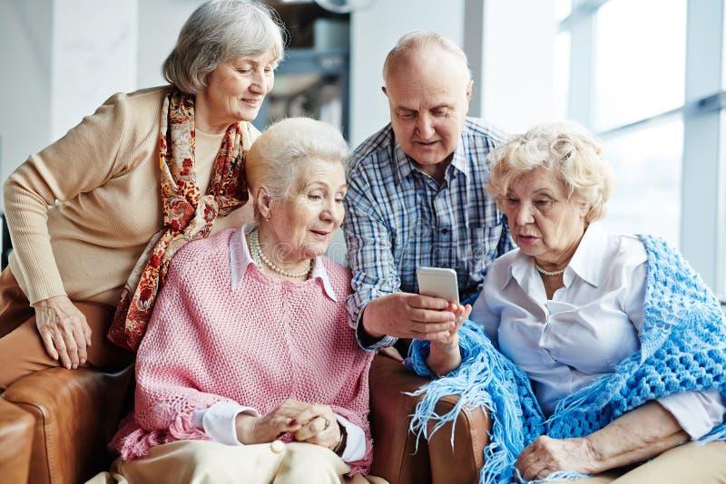 Groupe de personnes supérieures avec le smartphone image libre de droits