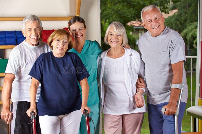 Groupe de personnes supérieures dans le gymnase photos stock