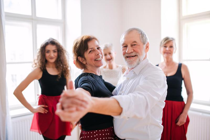 Groupe de personnes sup?rieures dans la classe de danse avec le professeur de danse photographie stock libre de droits