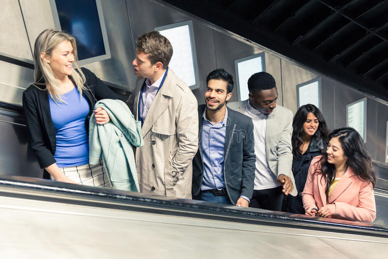 Groupe de personnes sur l'escalator photo stock