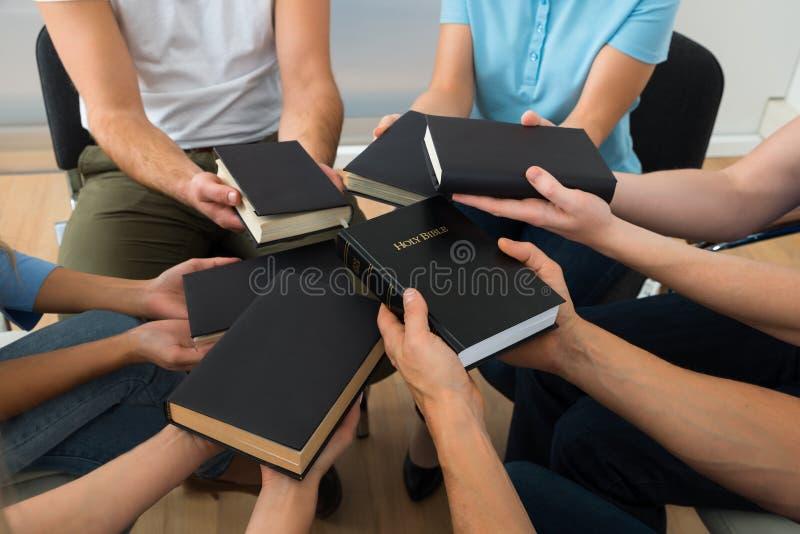Groupe de personnes tenant la Sainte Bible photographie stock