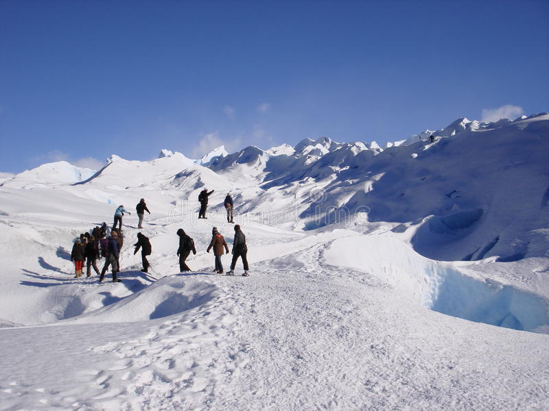 Groupe de personnes trekking sur le glacier Perito  photos stock