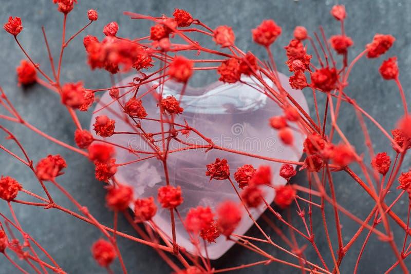 Groupe de petit quartz sensible rouge Crystal Sugar Candy Sprinkles de rose de forme de coeur de fleurs sur Grey Background Valen photos libres de droits