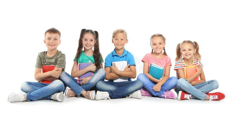 Groupe de petits enfants avec des fournitures scolaires image libre de droits