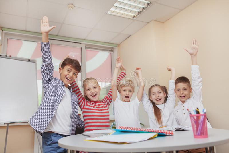 Groupe de petits enfants mignons réunissant dans la classe d'art photo stock