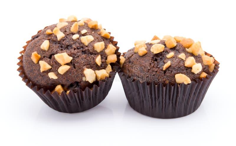 Groupe de petits pains de chocolat avec les miettes nuts d'isolement sur le fond blanc image stock