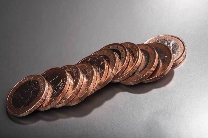 Groupe de pièces de monnaie un euro blanc de métaphore d'isolement par affaires photo stock