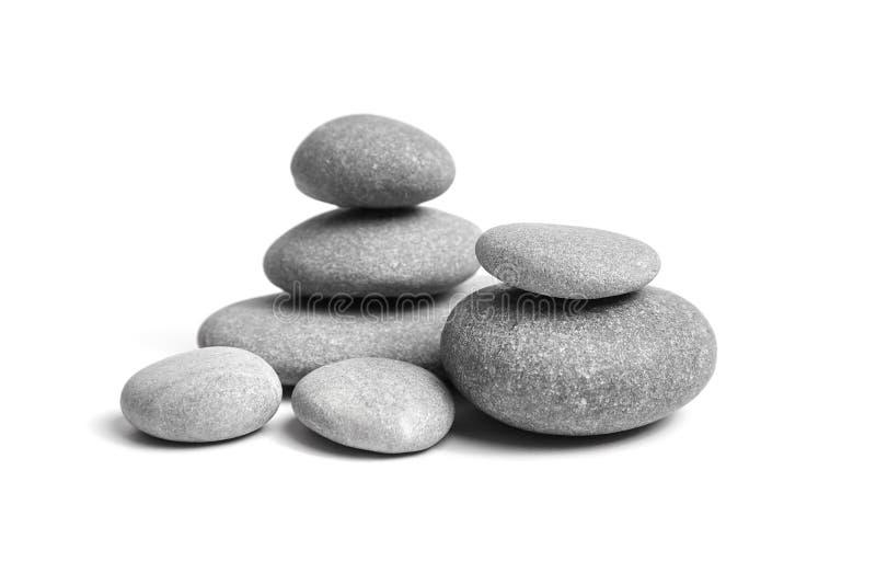 Groupe de pierres lisses Caillou de mer Cailloux empilés d'isolement sur le fond blanc photos libres de droits