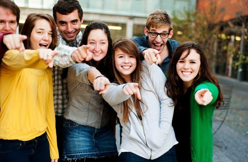 Groupe de pointage extérieur d'étudiants image libre de droits