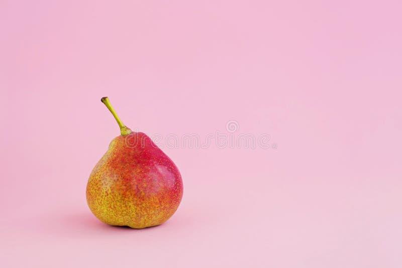 Groupe de poires jaunes sur pâle - fond rose, concept de récolte image libre de droits