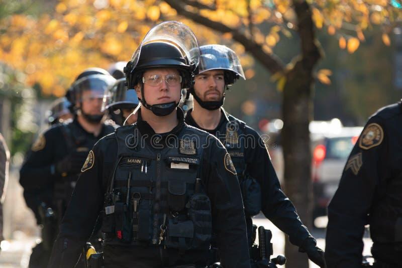 Groupe de policiers à la protestation d'Antifa photo libre de droits