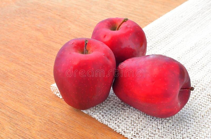 Groupe de pommes rouges sur le napery images libres de droits