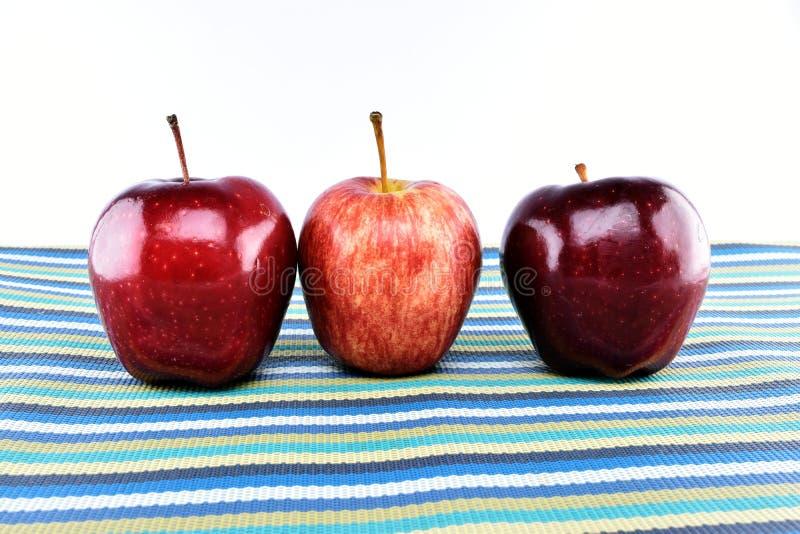 Groupe de pommes rouges sur le napery photographie stock libre de droits