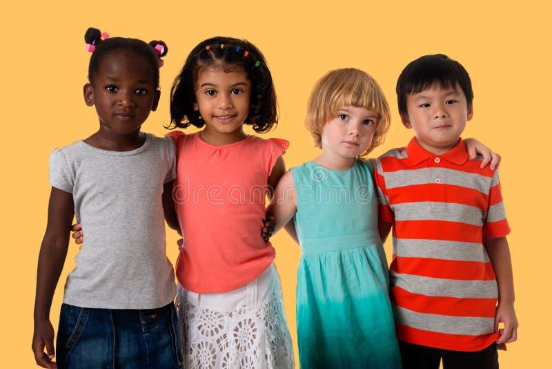 Groupe de portrait multiracial d'enfants studio photos stock