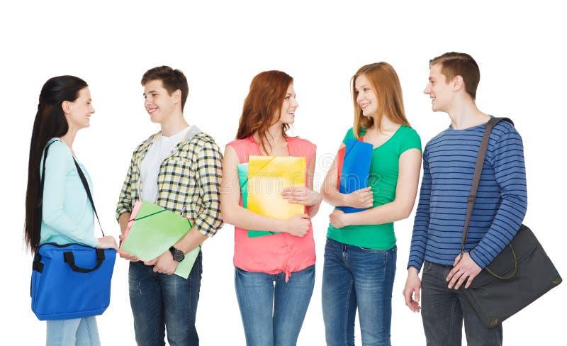 Groupe de position de sourire d'étudiants photographie stock libre de droits