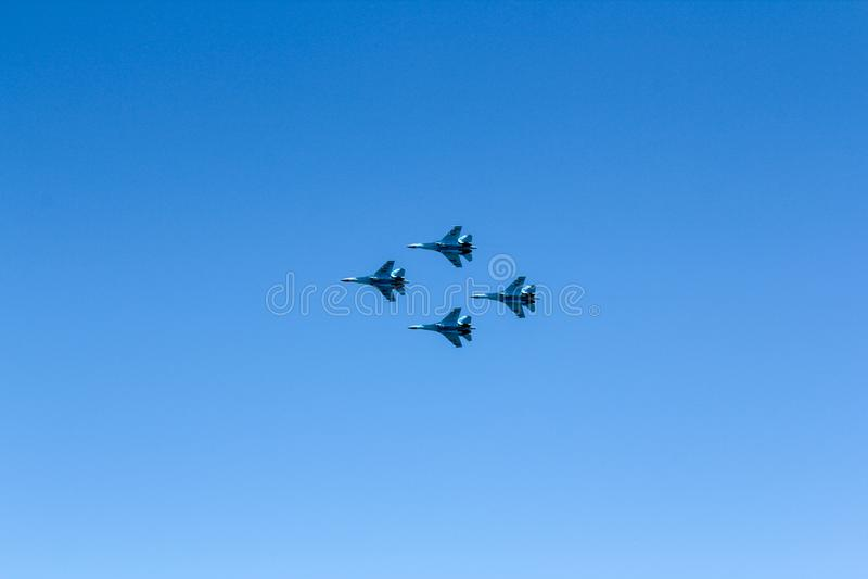 Groupe de quatre chasseurs à réaction dans le ciel bleu photographie stock