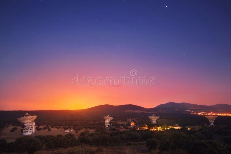 Groupe de radiotélescopes au coucher du soleil photo libre de droits