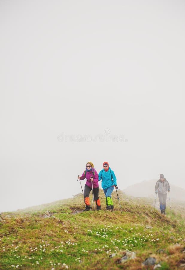 Groupe de randonneur de touristes marchant en brouillard sur le dessus de la montagne images libres de droits
