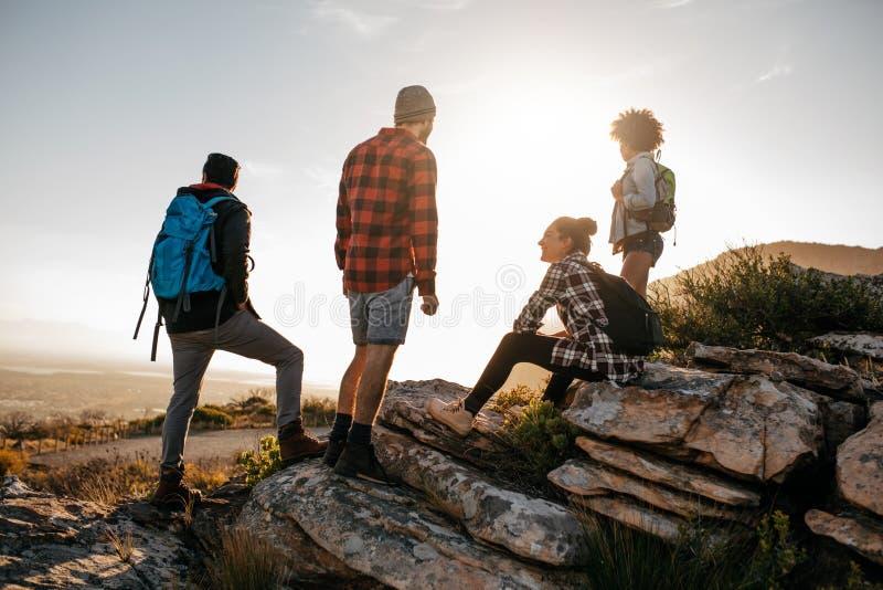 Groupe de randonneurs sur la colline et la vue de apprécier photos libres de droits