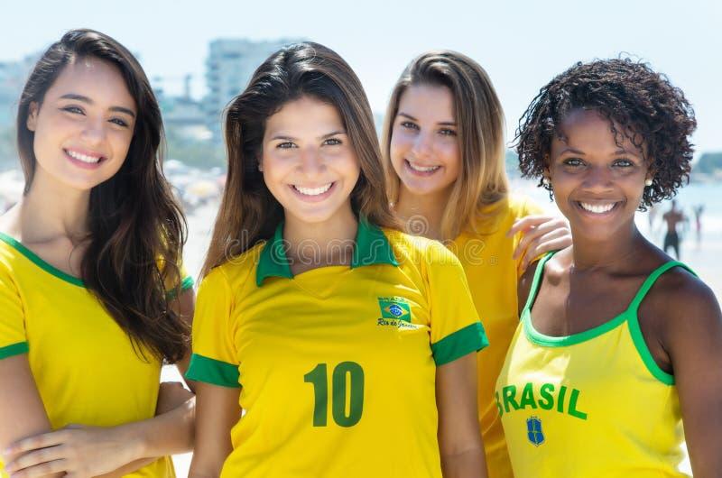 Groupe de rire les fans de foot brésiliens extérieurs dans la ville images libres de droits