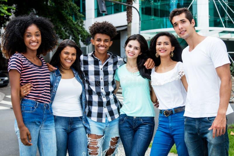 Groupe de rire les jeunes adultes internationaux dans la ville photo libre de droits