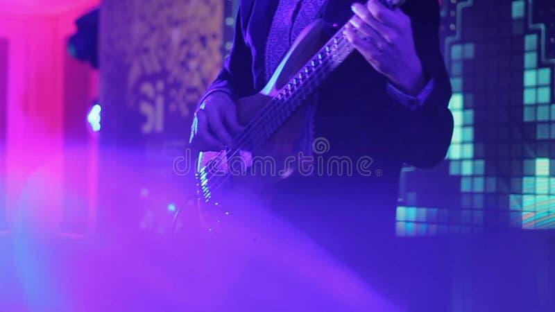Groupe de rock exécutant sur l'étape Guitare basse dans le réel banque de vidéos