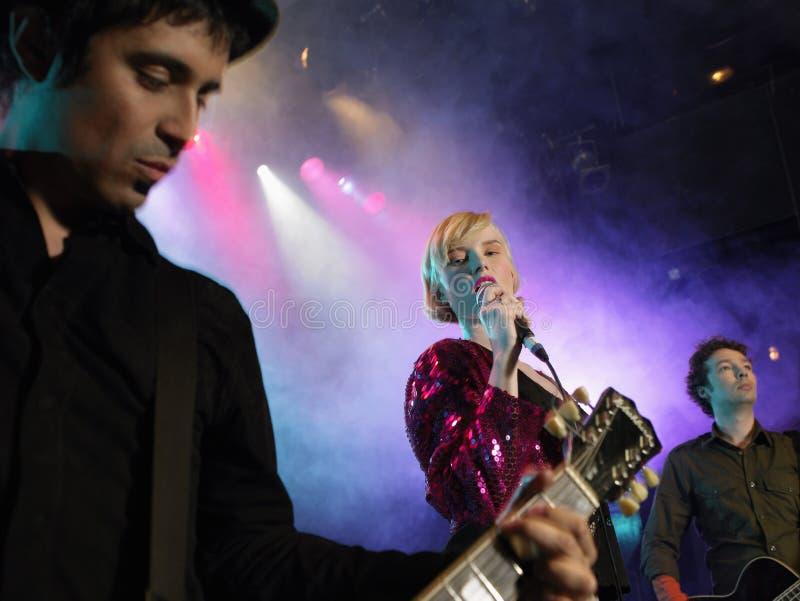 Groupe de rock sur l'étape photos stock