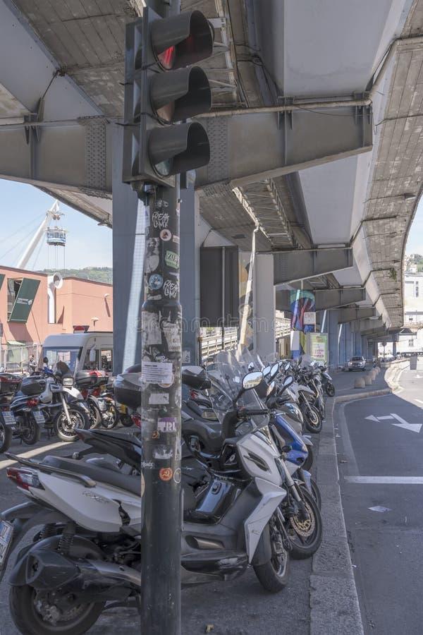 Groupe de scooters garés sous les années 60 skyway près du vieux secteur de renouvellement de port, Gênes, Italie photographie stock libre de droits