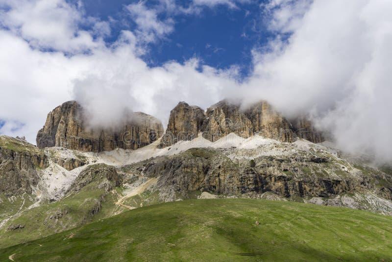 Groupe de Sella dans les nuages Dolomites l'Italie photo stock