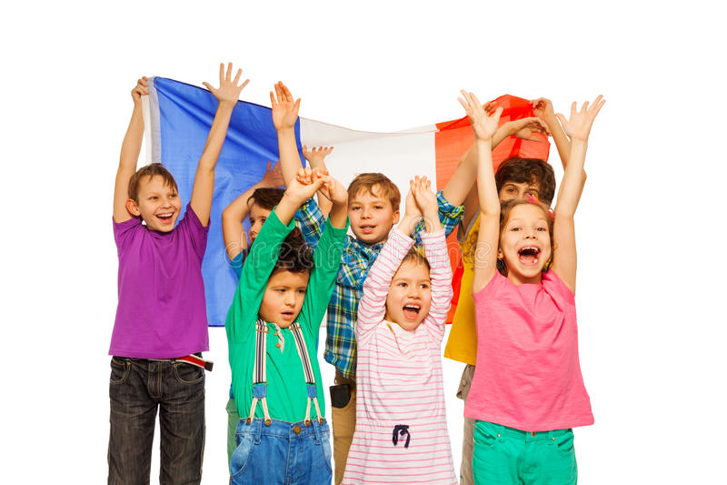 Groupe de sept enfants souriant et ondulant le drapeau français photo stock