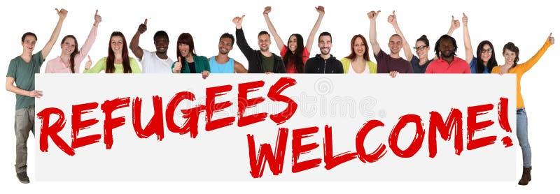 Groupe de signe bienvenu de réfugiés de jeunes ethniques multi photos libres de droits