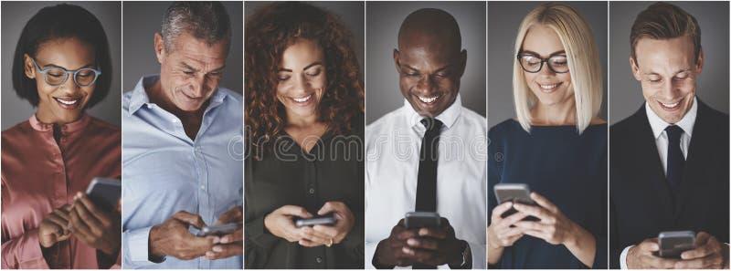 Groupe de sourire d'hommes d'affaires divers envoyant des message textuels photo libre de droits