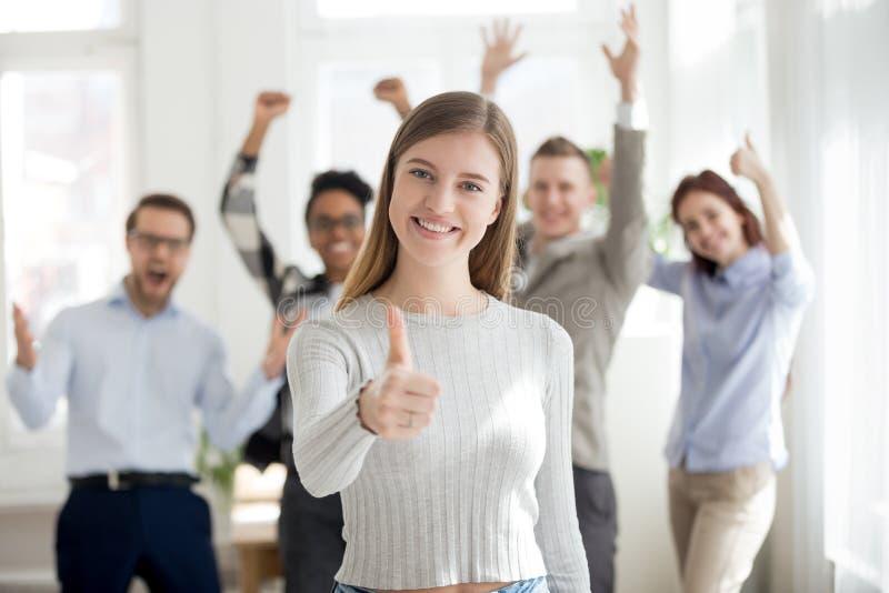 Groupe de sourire de gens d'affaires multiraciaux à l'intérieur images libres de droits
