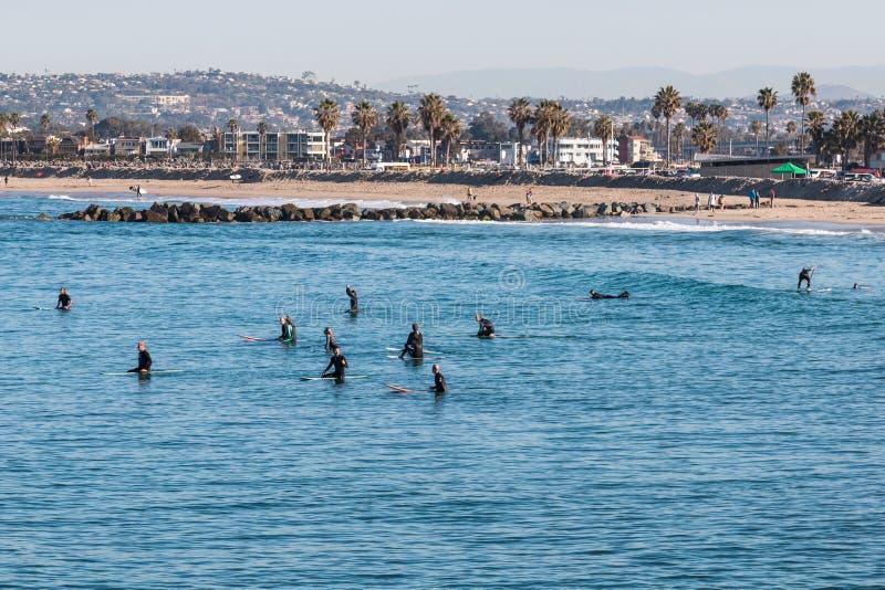 Groupe de surfers à la plage d'océan à San Diego images stock