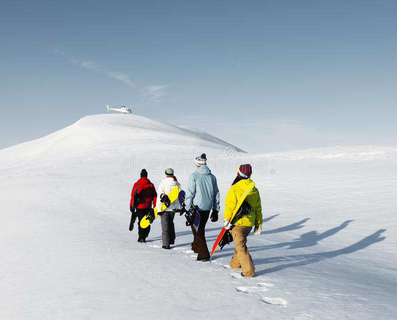 Groupe de surfeurs appréciant un beau matin Concep d'hiver image stock