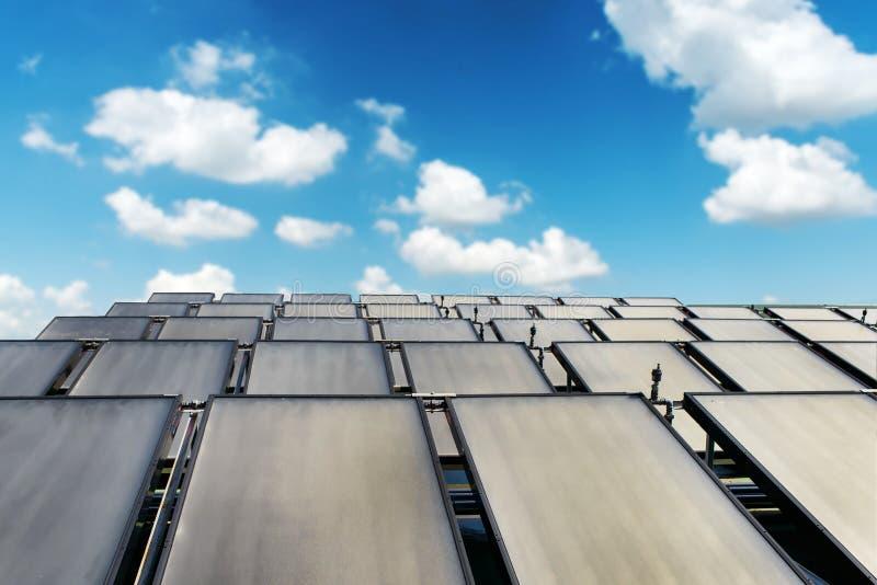 Groupe de système de panneau solaire sur le toit de maison photographie stock libre de droits