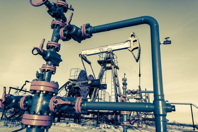 Groupe de tête de puits Gisement de pétrole avec l'au sol de sable photo stock